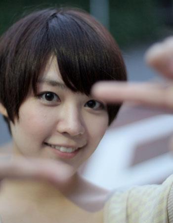 指越しの吉谷彩子